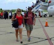 Pasajeros de American Airlines aterrizan en Cienfuegos como parte del segundo vuelo comercial regular de una aerolínea estadounidense a Cuba. Foto: Radio Ciudad del Mar.