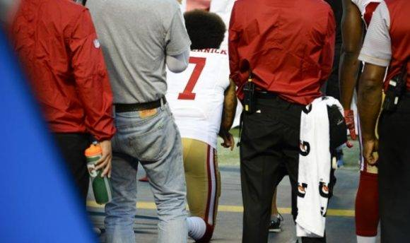 Kaepernick protestó el jueves otra vez, ahora poniéndose de rodillas. Foto: AP