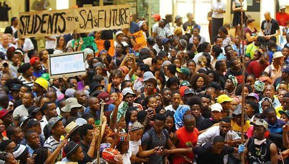 Protestas estudiantiles en Sudáfrica por la subida de las tasas universitarias. Foto: El Muni.