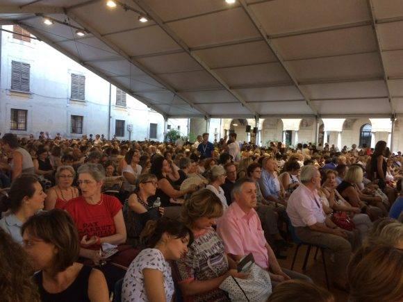 El público en el Palacio Ducal, en la Plaza del Castillo, para ver a Edna O'Brien.