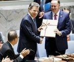 El presidente de Colombia, Juan Manuel Santos, entrega una copia del reciente acuerdo de paz entre Colombia y las FARC al primer ministro de Nueva Zelanda, John Key, cuyo país preside este mes ese órgano de decisiones de la ONU. Foto: EFE.