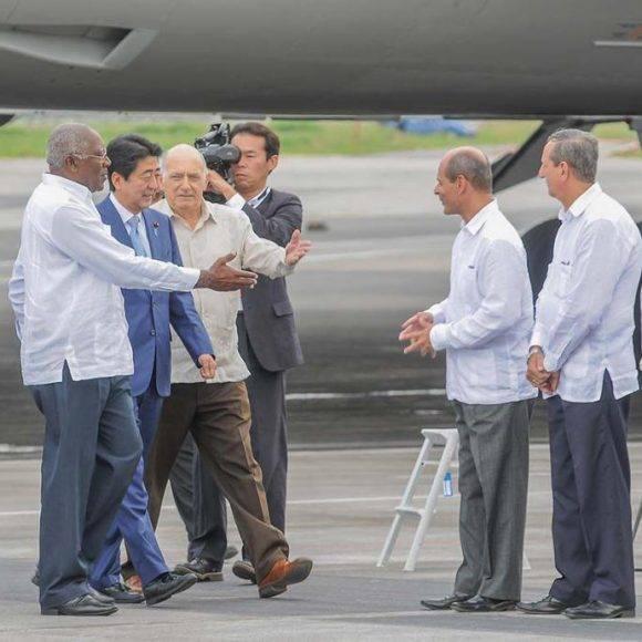 El primer ministro japonés, Shinzo Abe, llega a Cuba en visita oficial. Foto: Jose M. Correa.