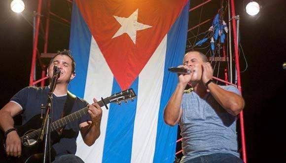 El dúo Buena Fe acompañó al autor de Melancolía en la expedición a Guanabacoa. Foto: Ivan Soca/ Cubadebate.