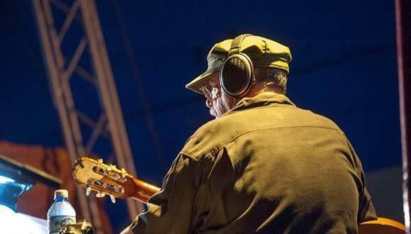 Silvio Rodríguez en el concierto realizado en el Consejo Popular Villa 2 de Guanabacoa. Foto: Ivan Soca/ Cubadebate.