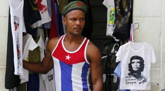Una tienda de artesanías vende ropa con la imagen de la bandera cubana. Foto: Agencia.