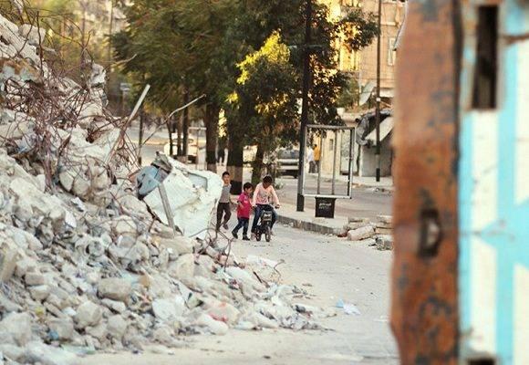 Niños sirios juegan entre las ruinas. Foto: Reuters.