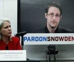 Dinah PoKempner, consejera general de Human Rights Watch (HRW), escucha en videoconferencia desde Moscú a Edward Snowden, durante una rueda de prensa celebrada el pasado miércoles en Nueva York para pedir al presidente Barack Obama el perdón para el ex contratista de la Agencia de Seguridad Nacional que reveló el espionaje masivo del gobierno estadunidense. HRW, Amnistía Internacional e importantes organizaciones como la ACLU lanzaron una campaña para convencer al jefe de la Casa Blanca de otorgar el perdón. Foto: Ap