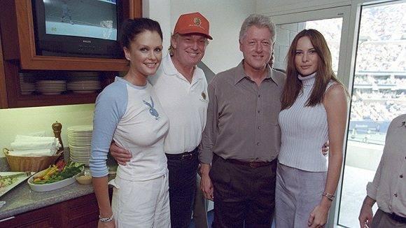 Donald Trump y su esposa Melania posan con el aquel entonces presidente de EE.UU., Bill Clinton, y la modelo, Kylie Bax, durante el Abierto de EE.UU. en Nueva York, el 8 de septiembre de 2000. Foto: William J. Clinton Presidential Library/Reuters.
