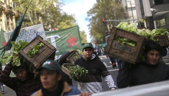 Agricultores lanzan 20 toneladas de verduras como protesta en centro de Buenos Aires. Foto: EFE.