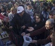 Agricultores argentinos lanzan 20 toneladas de verduras en Plaza de Mayo. Foto: Diario26.