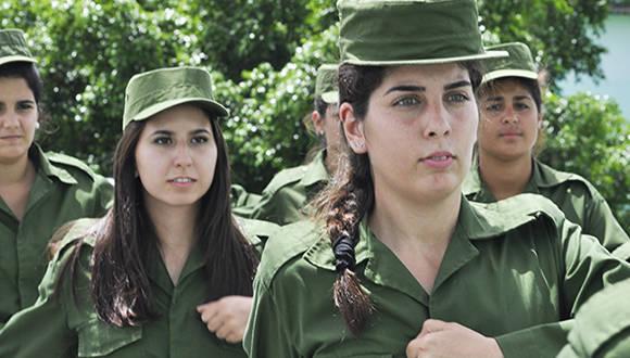 Ivette González Salanueva e Ivette Lamigueiro Cañedo durante  la preparación militar básica para los nuevos soldados. Foto: Cristian