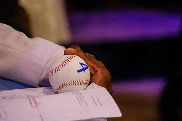 El mentor camagüeyano se agencia la pelota número 4. Foto: Cinthya García Casañas.