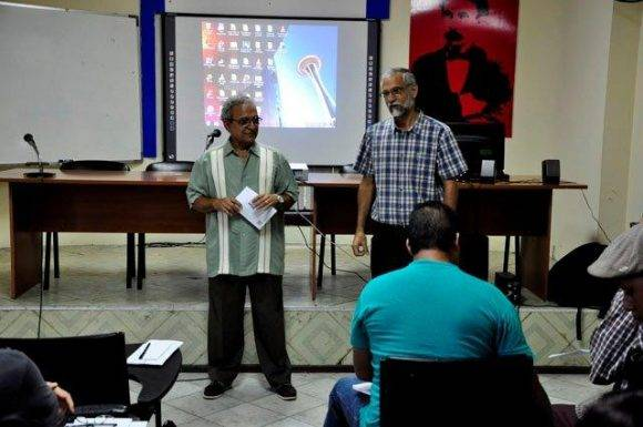 Ariel Terrero y Lic. Ramón Cabrales, director del IIPJM y presidente de la cátedra de fotografia Osvaldo Salas respectivamente. Foto. Roberto Garaicoa Martínez/ Cubadebate