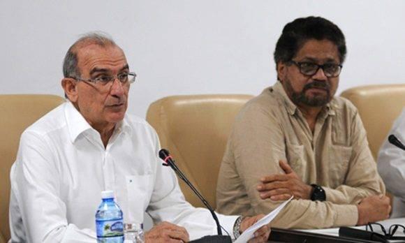 Humberto de la Calle (I), jefe de la delegación del gobierno de Colombia, junto a Iván Márquez (D), jefe del equipo negociador de las Fuerzas Armadas Revolucionarias de Colombia-Ejército del Pueblo (FARC- EP), durante la conferencia de prensa ofrecida en el Palacio de Convenciones, en La Habana, Cuba.