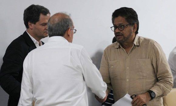 Humberto de la Calle (I), jefe de la delegación del gobierno de Colombia, junto a Iván Márquez (D), jefe del equipo negociador de las Fuerzas Armadas Revolucionarias de Colombia-Ejército del Pueblo (FARC- EP), luego de una conferencia de prensa ofrecida en el Palacio de Convenciones, en La Habana, Cuba: Foto: PL.
