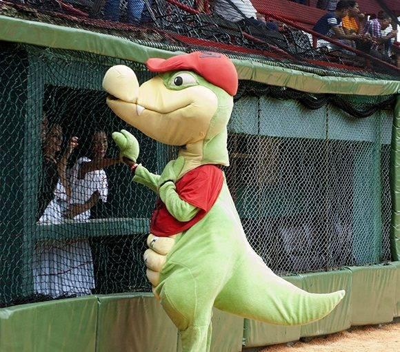 La mascota de Matanzas no se pierde un partido. Foto: Cinthya García Casañas.