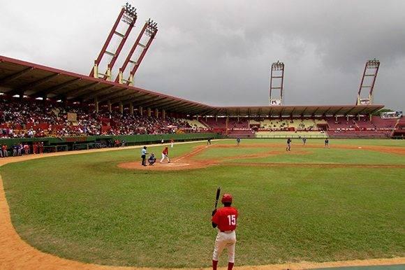 La lluvia fue una amenaza durante todo el partido. Foto: Cinthya García Casañas.