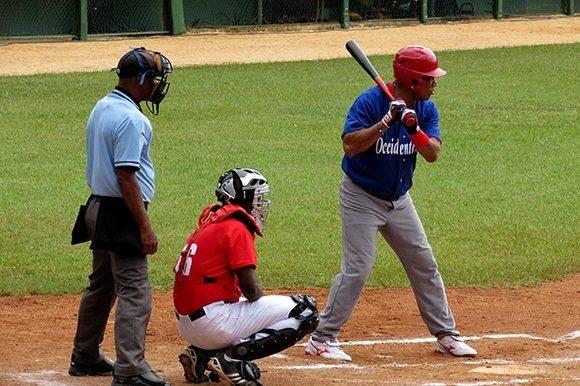 Víctor Mesa llegó en dos ocasiones a primera base por boleto. Foto: Cinthya García Casañas.