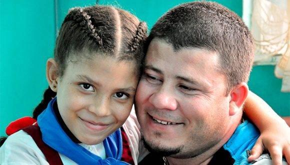Evany Yeilín y su padre Juglar Gelats agraden toda la ayuda recibida. Foto: Lorenzo Crespo Silveira.