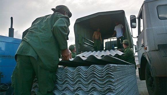Arribo de los primeros medios y recursos para la recuperación de la ciudad de Baracoa, provincia de Guantánamo, tras el azote del huracán Matthew al extremo más oriental de Cuba, el 8 de octubre de 2016. ACN FOTO/Juan Pablo CARRERAS