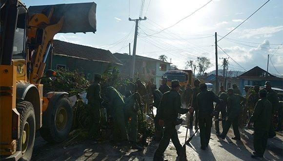 Arribo de las primeras fuerzas y medios para la recuperación de la ciudad de Baracoa, provincia de Guantánamo, tras el azote del huracán Matthew al extremo más oriental de Cuba, el 8 de octubre de 2016. ACN FOTO/Juan Pablo CARRERAS