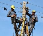 Fuerzas conjuntas de las empresas eléctricas de las provincias de Santiago de Cuba y Guantánamo, trabajan para restablecer el servicio, luego del paso del huracán Matthew, en el municipio de Maisí, provincia de Guantánamo, Cuba, el 9 de octubre de 2016.       ACN FOTO/ Armando Ernesto CONTRERAS TAMAYO/ rrcc