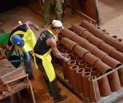 Obreros de la Unidad Empresarial de Base Hormigón y Barros de la Empresa de Materiales de la Construcción Provincial, producen tejas criollas para los damnificados por el huracán Matthew de la provincia de Guantánamo, en la ciudad de Bayamo, provincia de Granma, Cuba, el 13 de octubre de 2016.     ACN  FOTO/ Armando Ernesto CONTRERAS TAMAYO/ rrcc