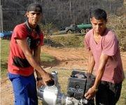 A pesar de perder sus casas bajo la furia de Matthew, Luis Meider Fernández Guzmán (a la izquierda) e Inaeldis Áreas Matos, operarios de la estación, corrieron a sus puestos para ayudar a servir agua a la población. Foto: Leonel Escalona Furones