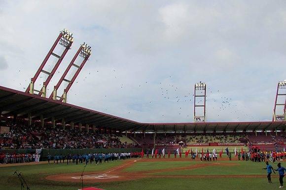 En el acto de inauguración, ya con el cielo despejado, se rindió homenaje a Camilo y Ché. Foto: Cinthya García Casañas/ Cubadebate
