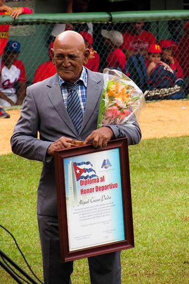 Miguel Cuevas recibe el Diploma al Honor Deportivo. Lázaro Junco fue el otro agasajado. Foto: Cinthya García Casañas/ Cubadebate