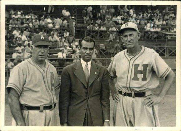 Adolfo Luque (Almendares), Canizares (locutor) y Miguel Ángel