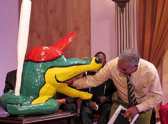 5 Carlos Martí mete la mano en la boca del cocodrilo. Foto: Cinthya García Casañas.