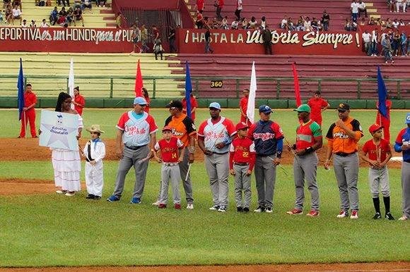 """El equipo Orientales, bajo la diereccion de Roger Machado, entró al terreno encabezado por """"Elpidio Valdés"""". Foto: Cinthya García Casañas."""