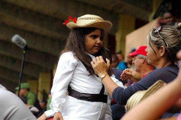 Niños con disfraces de Elpidio y Maria Silvia acompañaron a ambas escuadras. Foto: Cinthya García Casañas.
