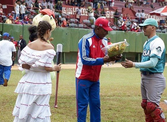 Acebal recibe su reconocimiento. Foto: Cinthya García Casañas.