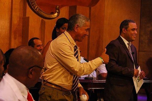 Carlos Martí, contento por escoger como segundo, le dice algunas cosas a Víctor. Foto: Cinthya García Casañas.