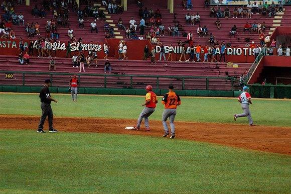Yordanis Samón le conecta doble a Fredy Asiel Álvarez. Foto: Cinthya García Casañas.