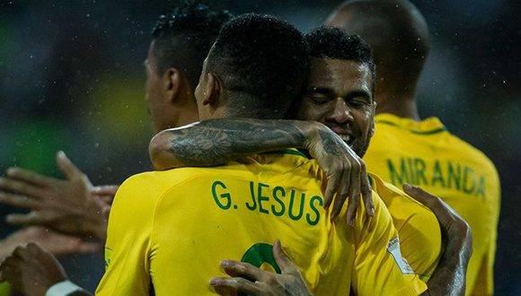 El lateral Dani Alves abraza a Gabriel Jesús después del gol del joven ariete brasileño. Foto: EFE.
