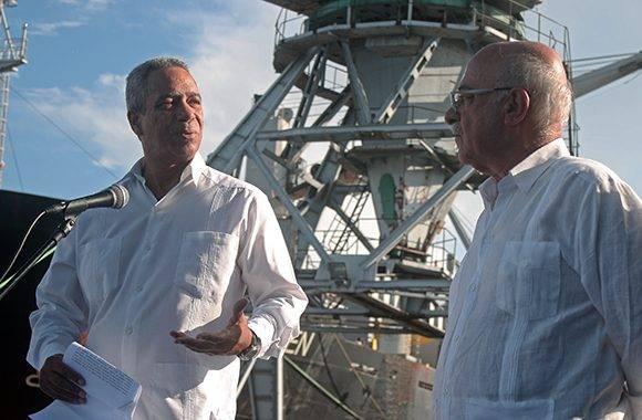 Antonio Carricarte y Kamran Shafi durante el acto en el puerto de La Habana. Foto: José Raúl Concepción/ Cubadebate.