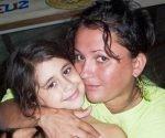 """Arelis Alba Cobas, Jefa de Programación e Información de """"La voz del Toa"""", junto a una de sus hijas. Foto tomada de su perfil de Facebook."""