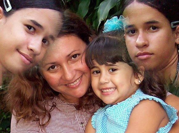 Arelis junto a sus hijas. Foto tomada de su perfil de Facebook.