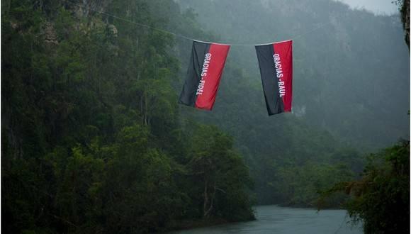 Banderas Gracias Fidel y Raúl en el rio Yumurí, 580
