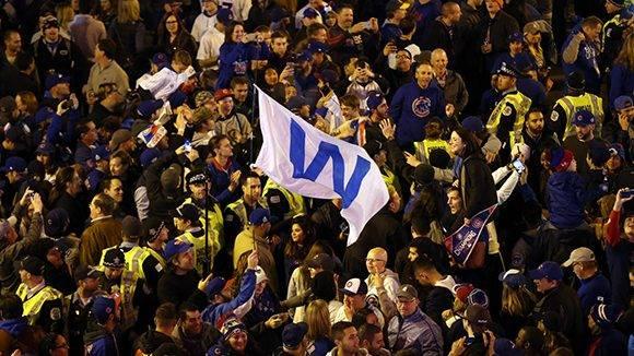 Los aficionados de los Cubs celebran la victoria que pone la serie 3-2 a favor de los Indios. Foto: Brian Cassella/ Chicago Tribune.