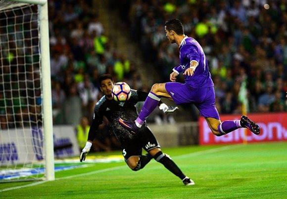 Cristiano Ronaldo no pudo marcar en la primera oportunidad del partido (en la imagen), pero en los minutos finales rompió su sequía goleadora en La Liga. Foto: Cristina Quicler/ AFP.