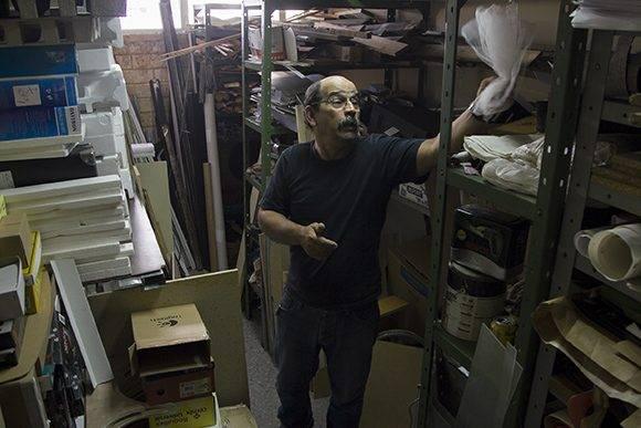 """""""El almacén de ideas"""", así le llama Paul Chaviano al lugar donde guarda cajas, pedazos de plástico, y cualquier tipo de materiales que pueda necesitar para su trabajo. Foto: Ladyrene Pérez/ Cubadebate."""