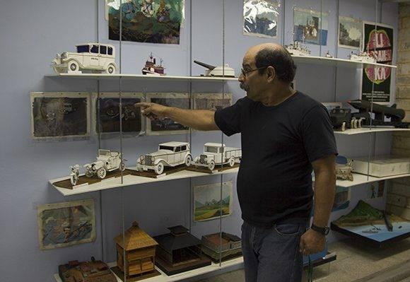 Paul Chaviano junto a sus maquetas, barcos y carros diseñados para Juan Padrón. Foto: Ladyrene Pérez/ Cubadebate.