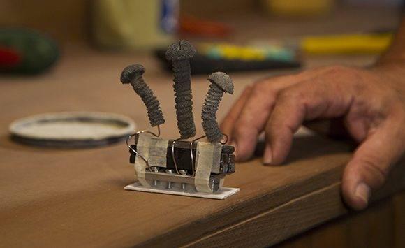 Crear la mecánica para cada movimiento de sus herramientas puede tardar horas a Paul Chaviano. Foto: Ladyrene Pérez/ Cubadebate.
