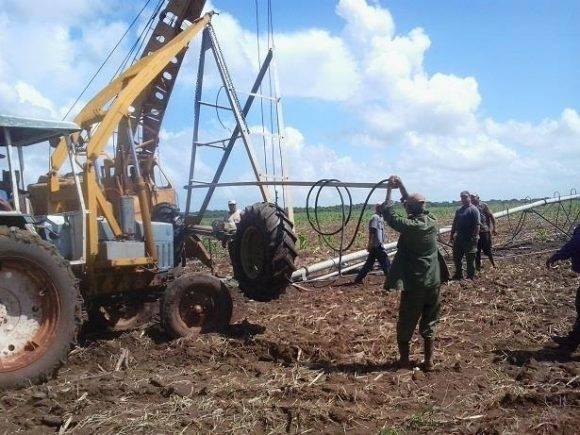 Desmontando sistemas de riego en Ciego de Ávila ante proximidad a Cuba de huracán Matthew Foto: Cuenta en Facebook del periodista Iván Paz Nogueira