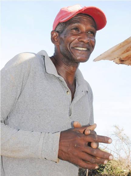 Eduardo Leyé Ramírez narra cómo él y otros habitantes de los alrededores de Maisí se refugiaron en cuavas ante el paso de Matthew.Foto: Leonel Escalona Furones/ Venceremos.
