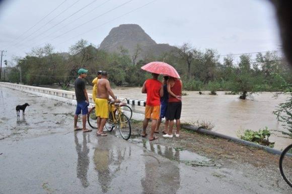 El río Sabanalamar desborda la carretera y cierra la comunicación por esta vía con Imías